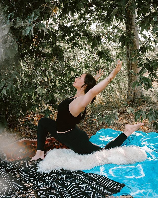 ..:: memorial day schedule ::.. 12pm reformer pilates at @samarasacenter 2pm yoga at @wanderlusthlwd can't wait! xo . . . 🌻 topanga dream world captured by @martha_kirby