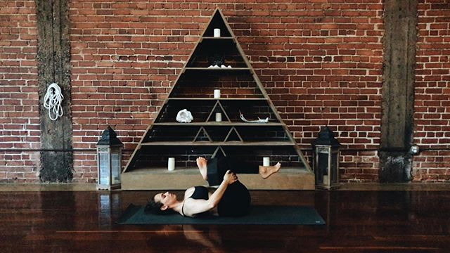 a figure-four stretch with a block between the ankle & thigh // one of my favorite home brews from @mattphippen . . . does anyone have any yoga / pilates / coffee / food recommendations for WASHINGTON DC?? i will be there thursday with some time to explore before i head to @wanderlustfest snowshoe 🌲✨✨