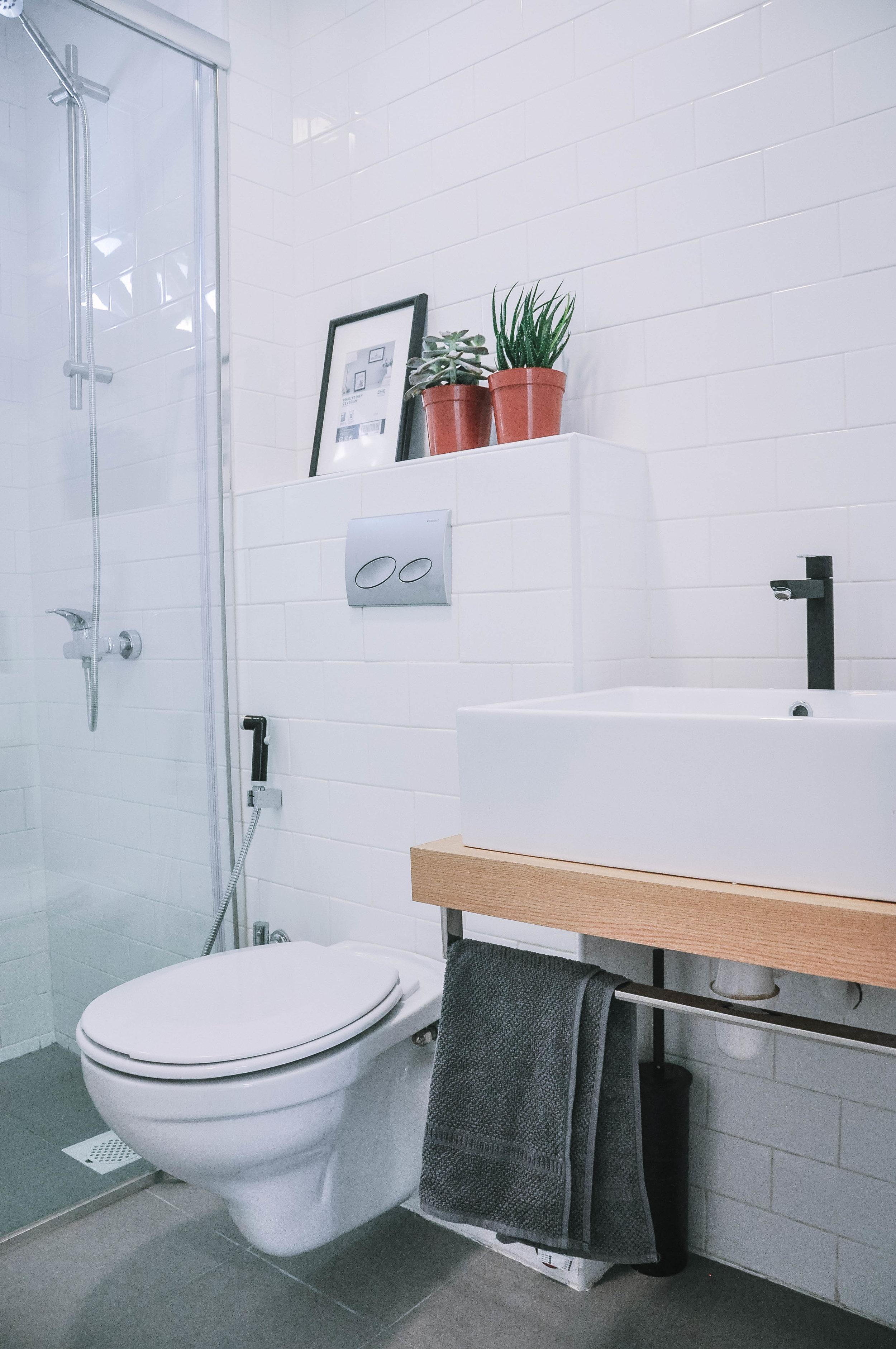 Stunning Simple White Bathroom Interior