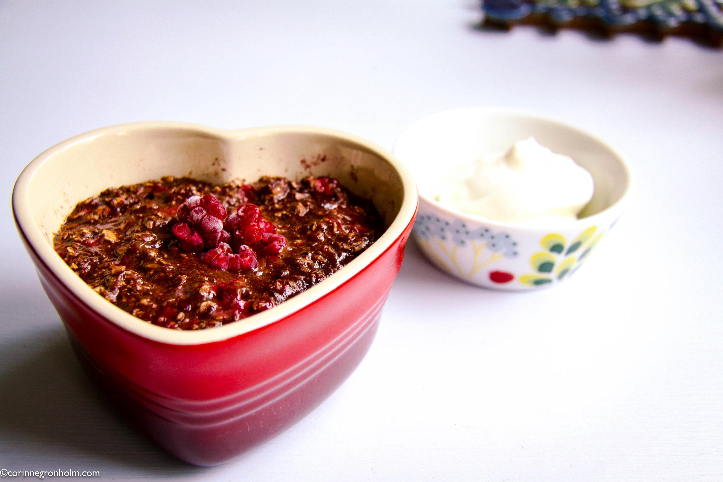 God frukost gjord på chokladgröt med hallon utan socker
