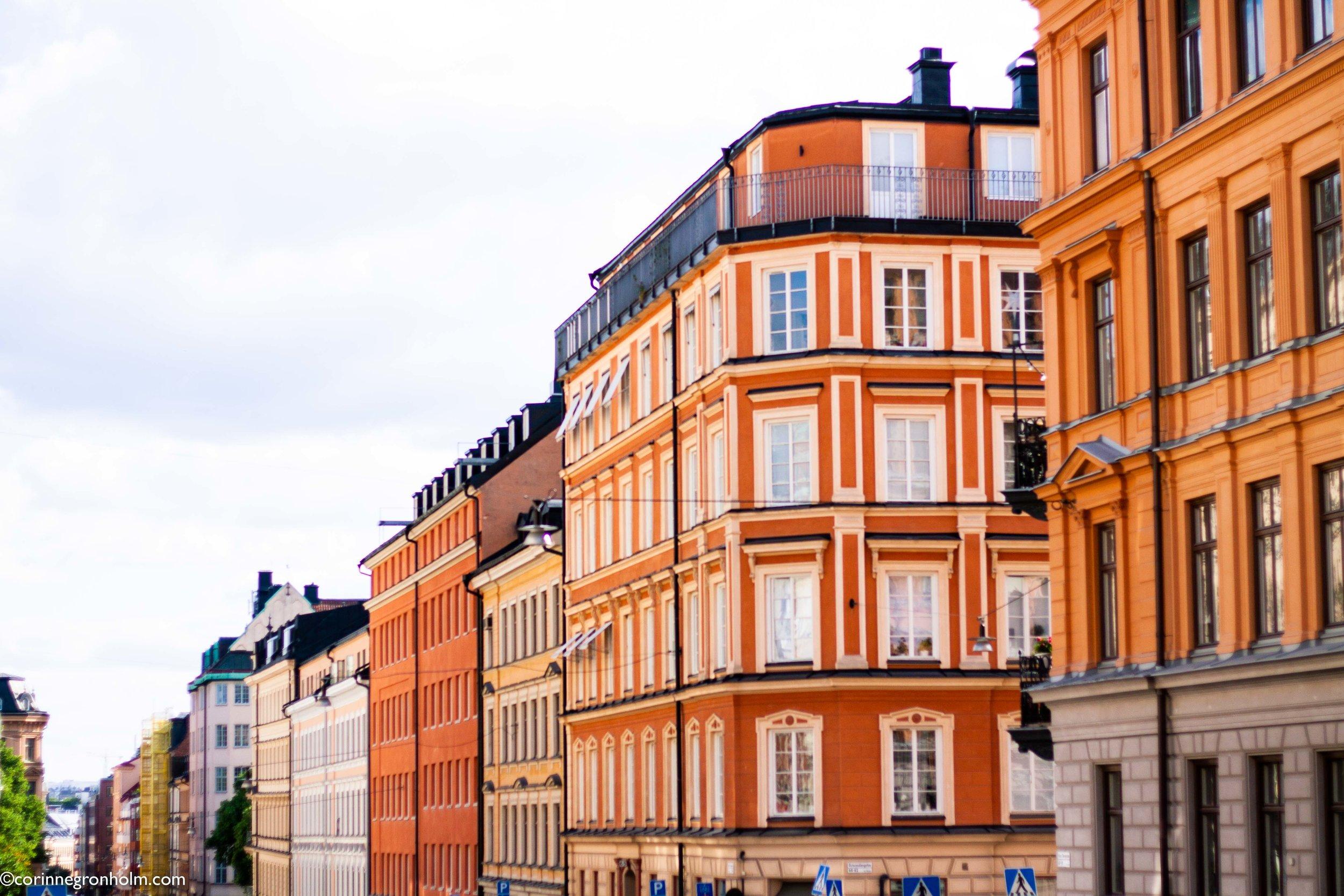 """Detta är vad jag menar med att jag gillar städer som är lite mer färggranna, som jag skrev mer om i mitt inlägg om  Bryssel . Dessa hus ger mig en """"wow här vill jag bo känsla"""". Så fina."""