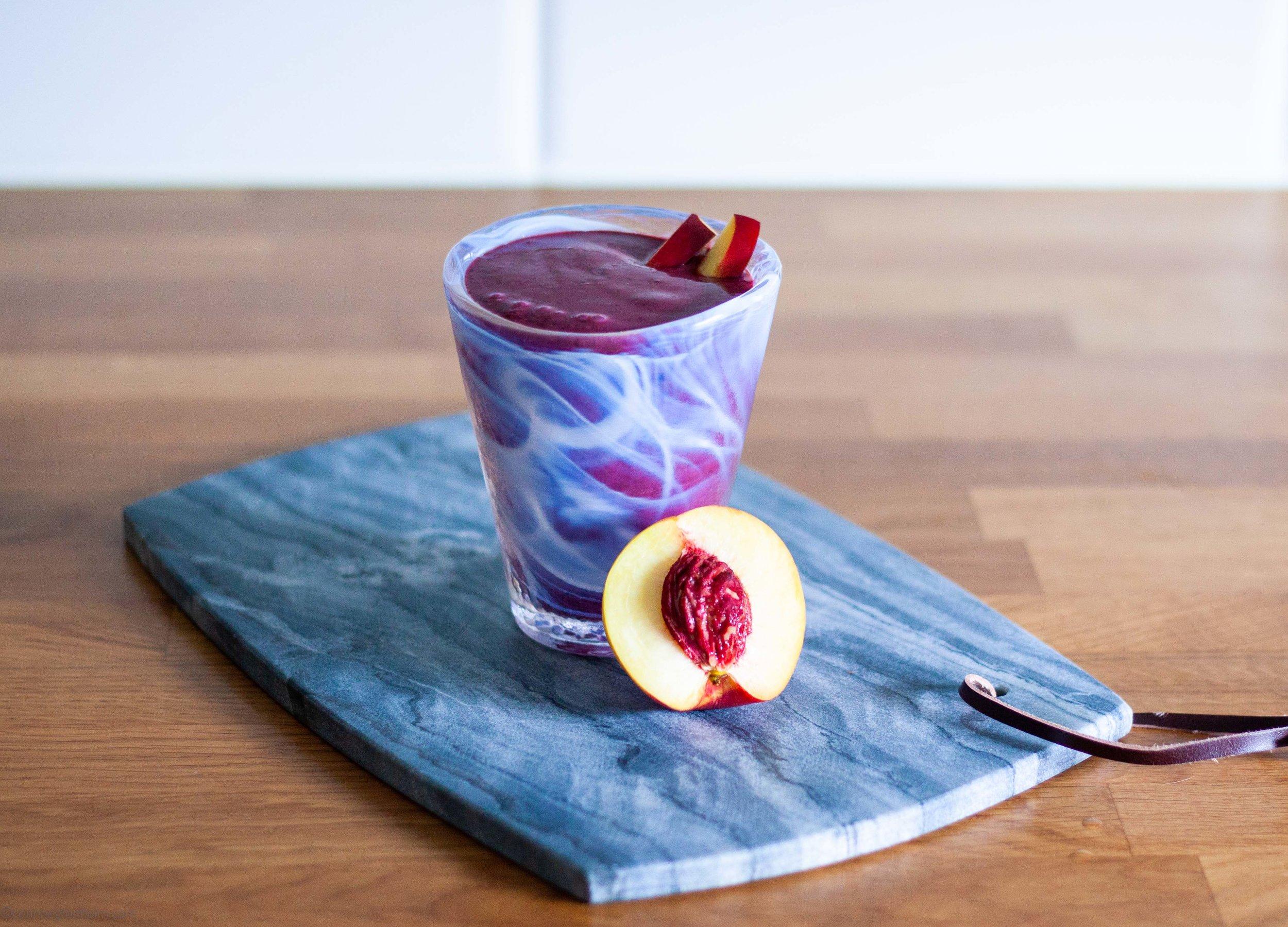 Enkel smoothie med nektarin och blåbär.