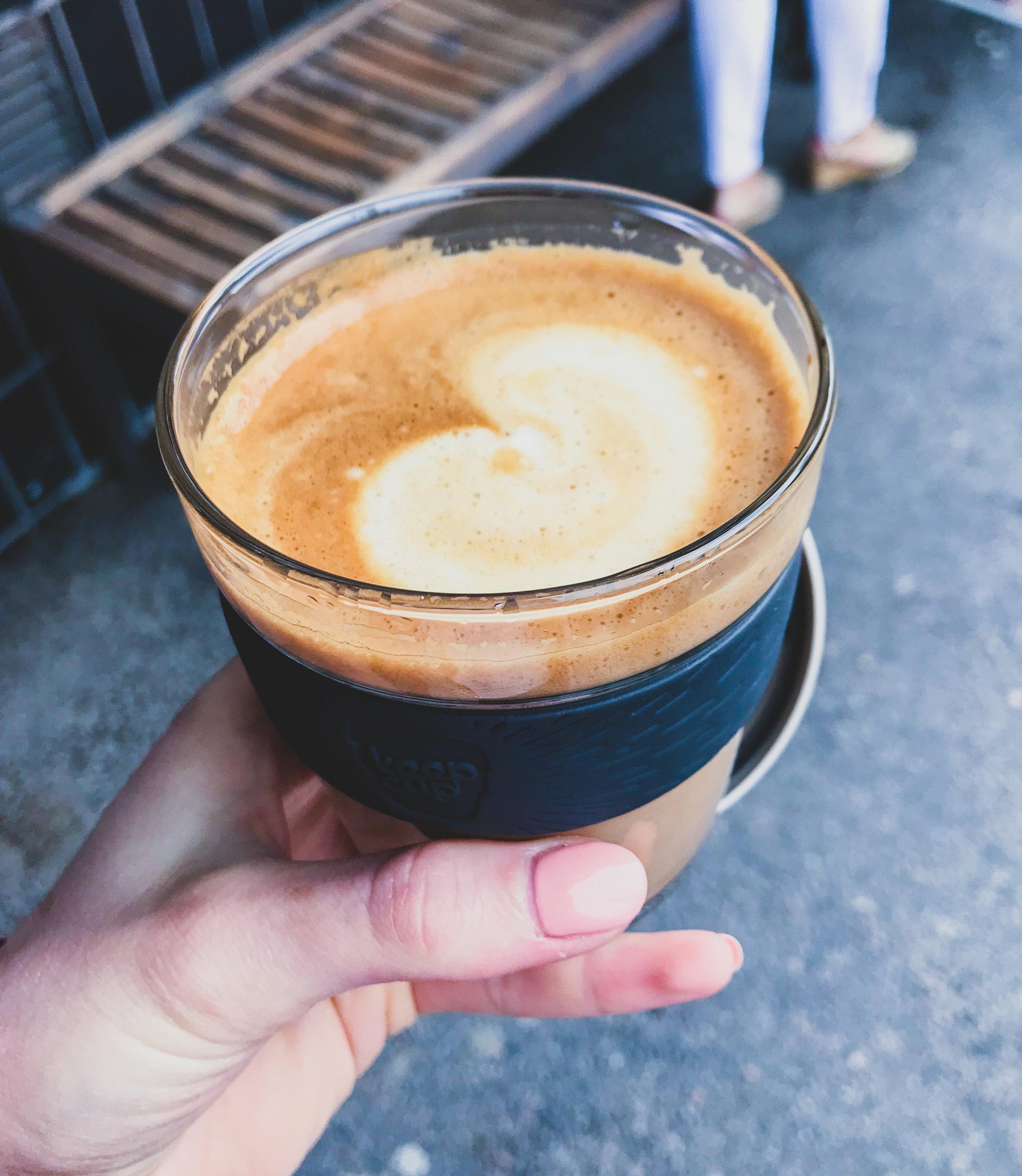 Firade mig själv genom att köpa mig en ny kaffekopp. Kaffet smakar så gott i denna av tjockt glas!