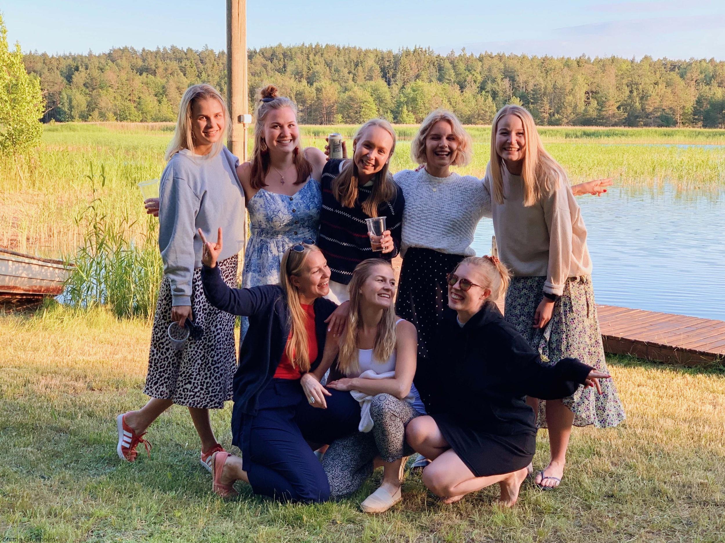 482e4f0829d9 På denna bild ser ni tjejerna jag firade midsommaren med och så var det  även ett gäng grabbar, som denna gång inte var med på bild. Vi var som sagt  i ...