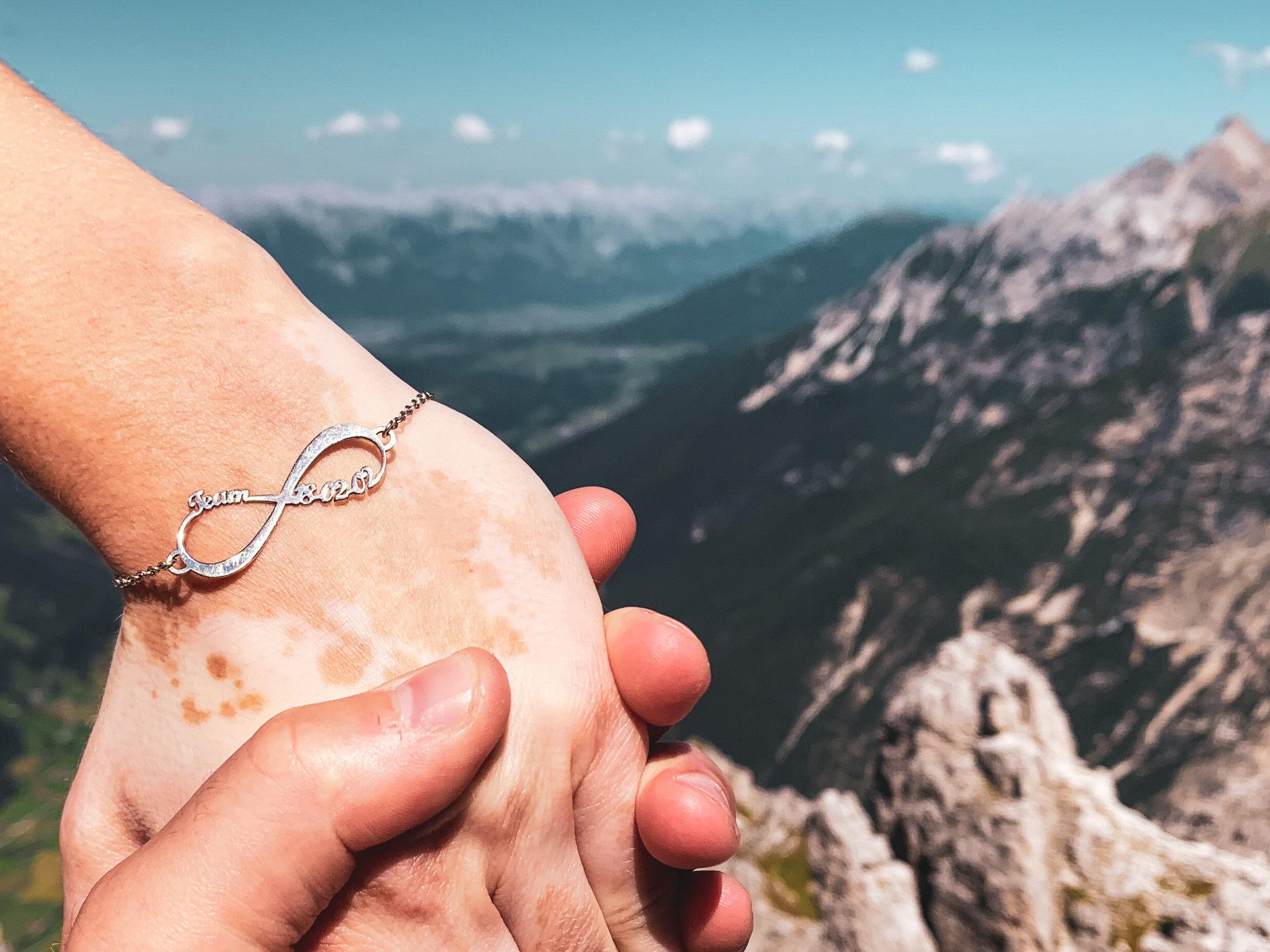 Högt uppe på ett berg i Österrike höll han tag i min hand.