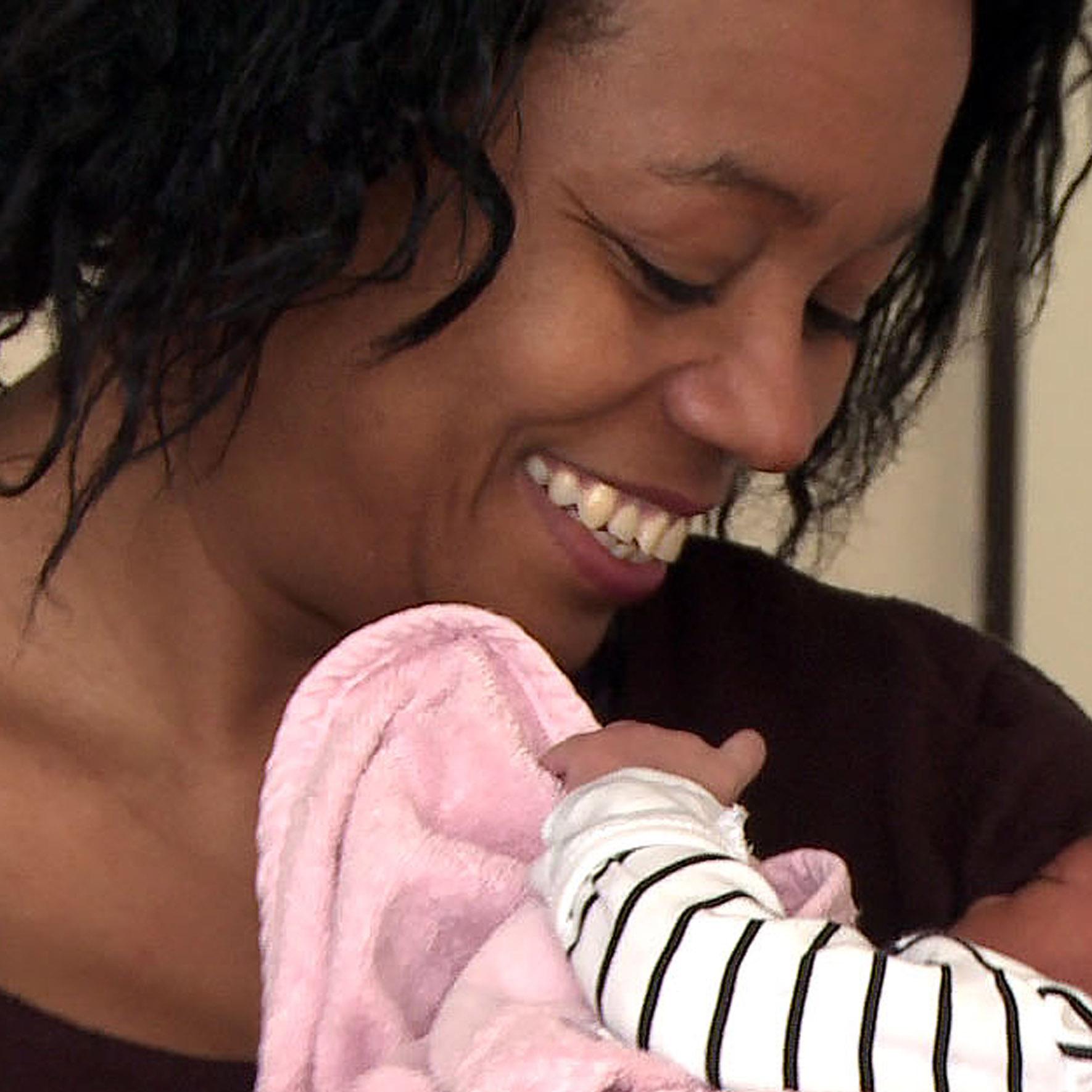 Jetty, vriendin - Heeft net een baby gekregen. Esther kan niet wachten om op kraambezoek te gaan.