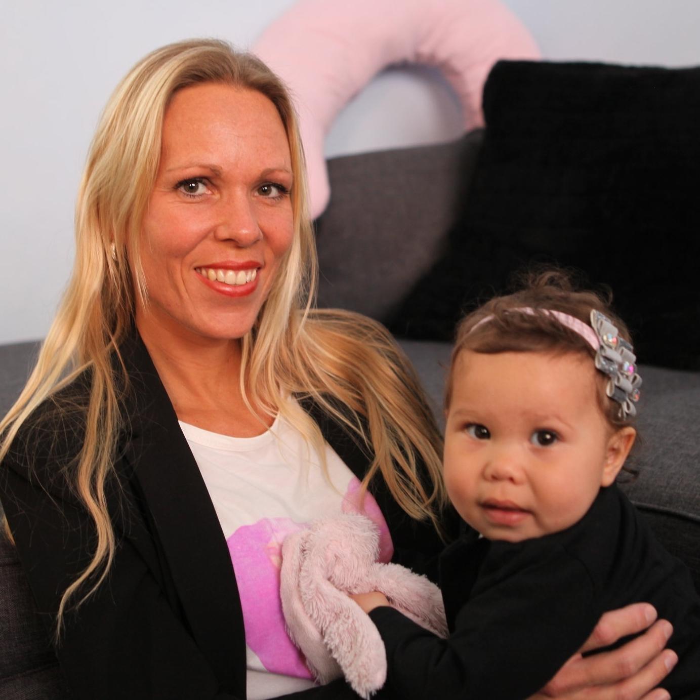 Natalie, alleenstaande moeder  - Natalie voedt haar twee dochtertjes alleen op. Haar oudste dochter is al 10 jaar en de jongste 9 maanden, maar het gaat heel goed samen. Natalie geeft nog steeds borstvoeding.