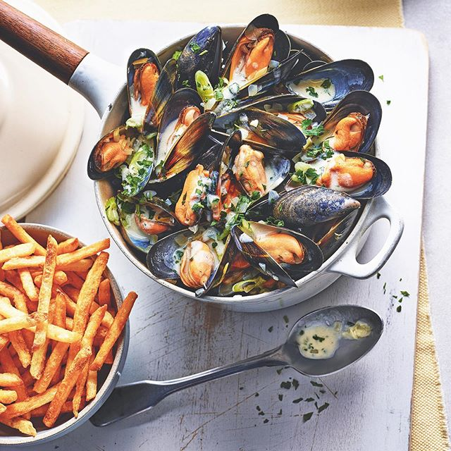Really enjoyed styling this yummy classic moules recipe for @tescofood May issue ( in store now )  Made with butter, onion, garlic, parsley, cream and white wine this recipe @georginafuggle is a true classic 👌and there's a really handy step by step guide if you're new to cooking with mussels 🙌  Photograph @kriskirkham Prop Styling @mrluisperal Art Direction @sarahgeorginaprescott2017 🙏  #moules #moulesfrites #stepbystep #tescomagazine #may2019 #classicflavours #workinginfood #foodphotography