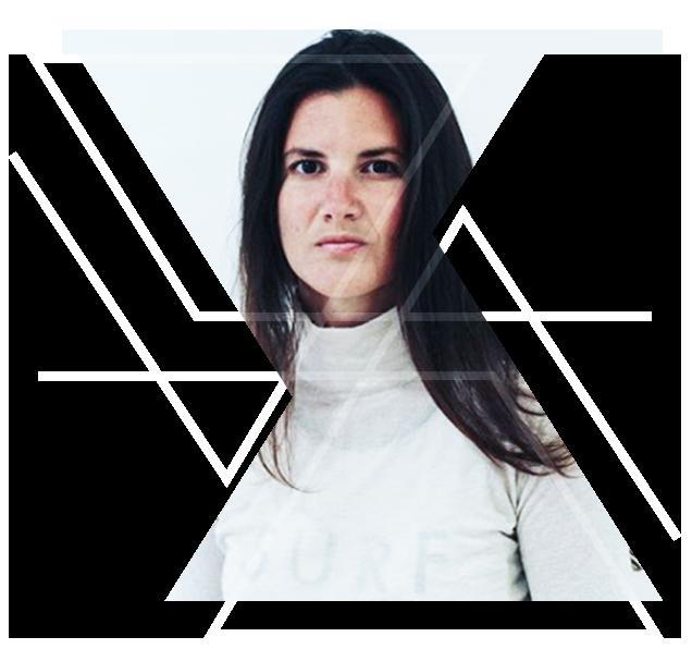 Yasmin De Giorgio - Yasmin ist internationale Unternehmerin, die das legendäre Grassy Hopper und das Sanya Eco Spa auf Malta leitet. Sie ist zudem Co-Founderin des Conscious Business Network (Sync Hub), das sich dem Umsetzen nachhaltiger Kreislaufwirtschaft widmet. Meditation & Yoga, passioniertes Surfen und Auftritte als Sprecherin innerhalb ihres Business Networks erfüllen das Geschäftsleben.
