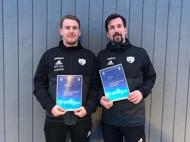Flicksidan i klubben utvecklas hela tiden. Våra huvudtränare, Emil från F04 Akademi och Jonny från F05 Akademi har nu blivit certifierade och har nu UEFA B licens. #viärsollentuna #sollentunafk #frånknattetillveteran