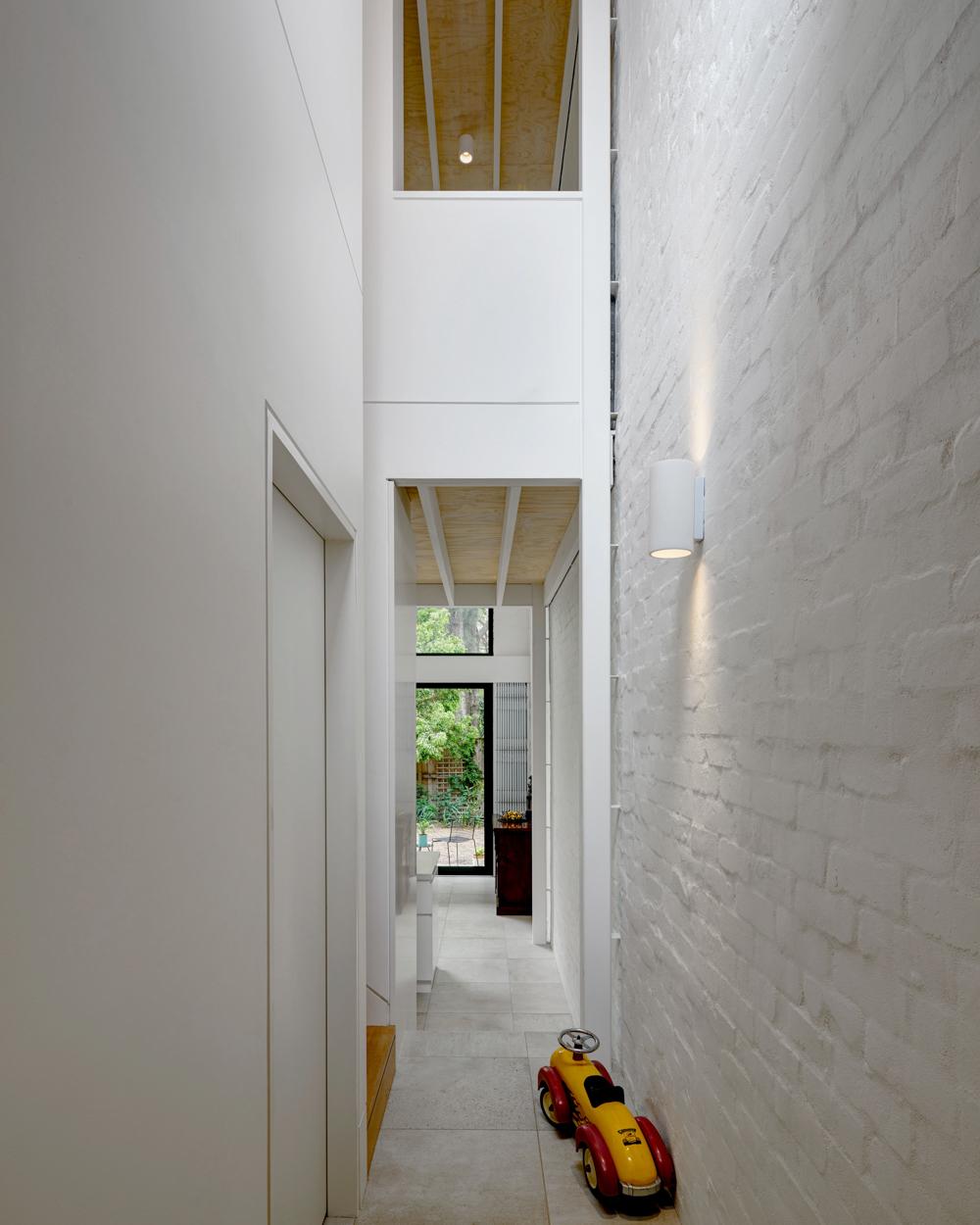 brick-aperture-house-kreis-grennan-architecture-the-design-emotive-10.jpg