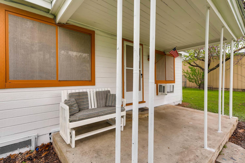 106 N Ave E Elgin TX 78621 USA-large-006-4-Front Porch-1500x1000-72dpi.jpg