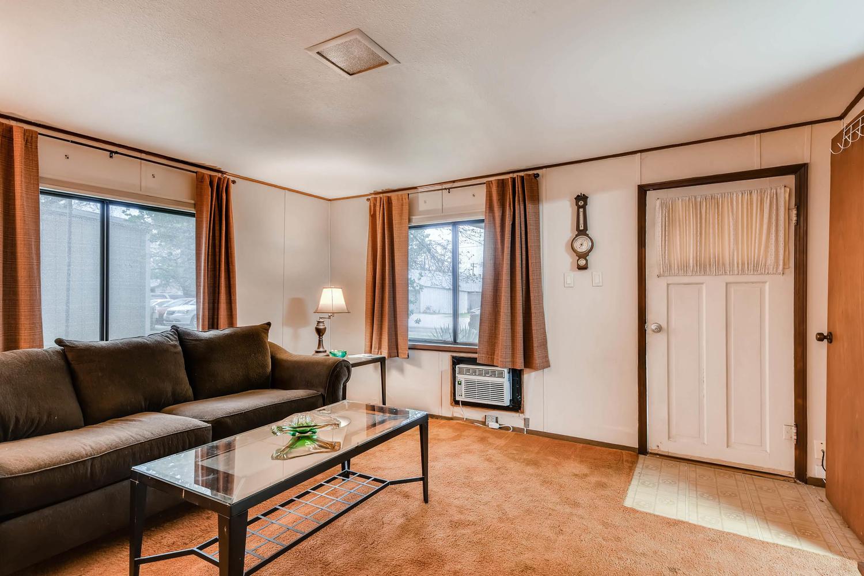 106 N Ave E Elgin TX 78621 USA-large-008-1-Living Room-1500x1000-72dpi.jpg