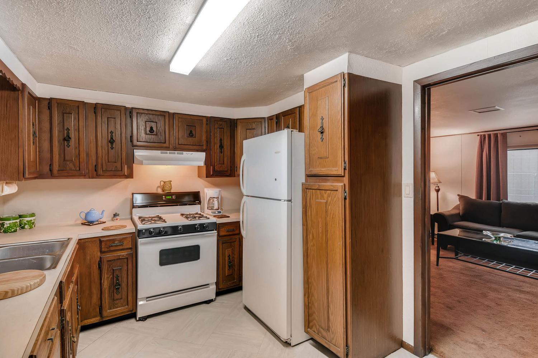 106 N Ave E Elgin TX 78621 USA-large-010-15-Kitchen-1500x1000-72dpi.jpg