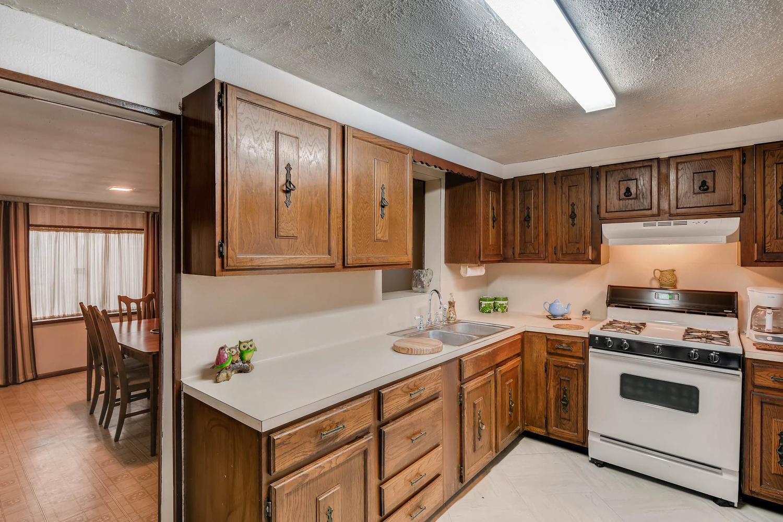 106 N Ave E Elgin TX 78621 USA-large-011-11-Kitchen-1500x1000-72dpi.jpg