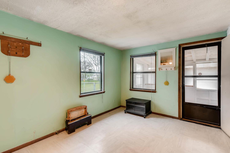106 N Ave E Elgin TX 78621 USA-large-015-13-Family Room-1500x1000-72dpi.jpg