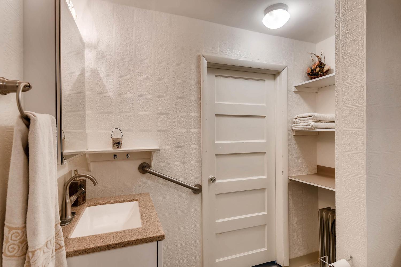 106 N Ave E Elgin TX 78621 USA-large-019-19-Master Bathroom-1500x1000-72dpi.jpg