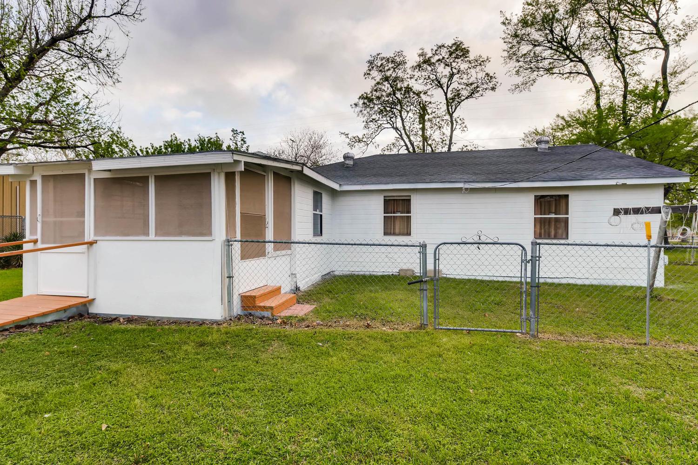 106 N Ave E Elgin TX 78621 USA-large-025-28-Back Yard-1500x1000-72dpi.jpg