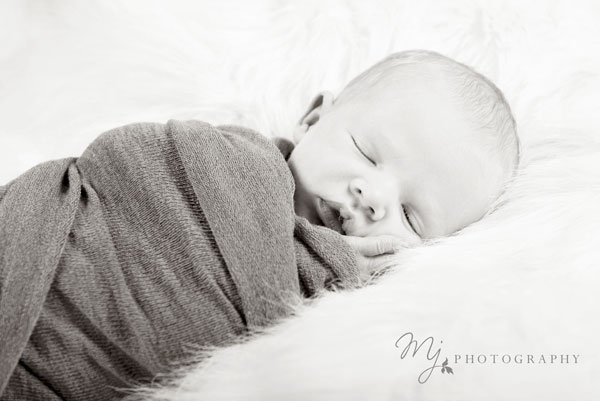 newborn_deacon_3210(2)(b&w)_b.jpg