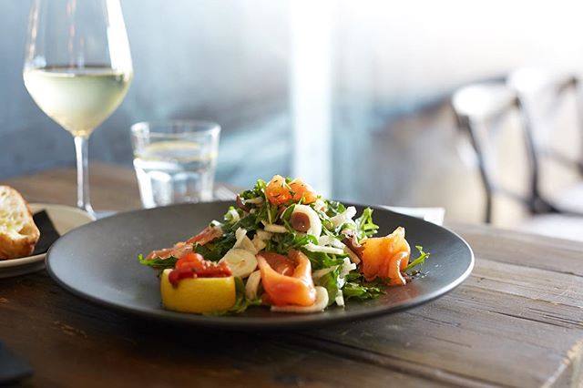 Friday's are for sunshine, salmon and wine! Cheers to the weekend and this beautiful weather 🥂☀️ #fridayvibes #sunshine #dinnerplans #melbournerestaurants #melbournebars #youdomakefriendswithsalad