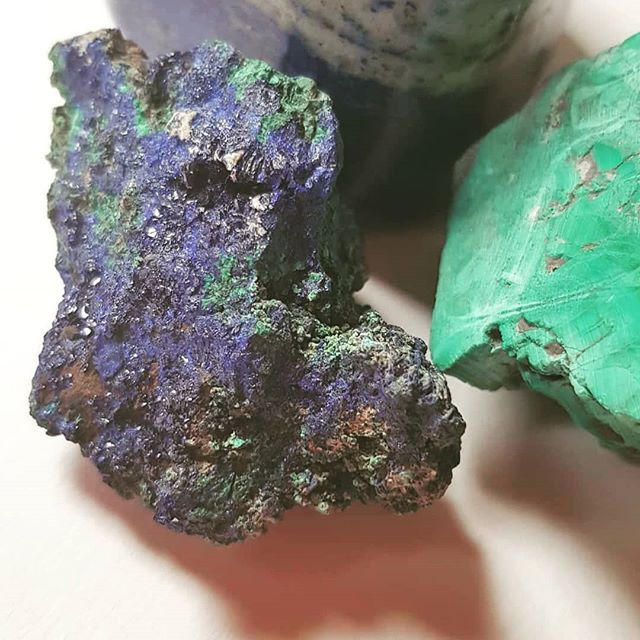 Azurite one of the rarest mineral stones that I use in my paintings. Gorgeous colour that reflects light.  #azurite #mineralpigments #bluepigment #artcollectors #contemplativeart