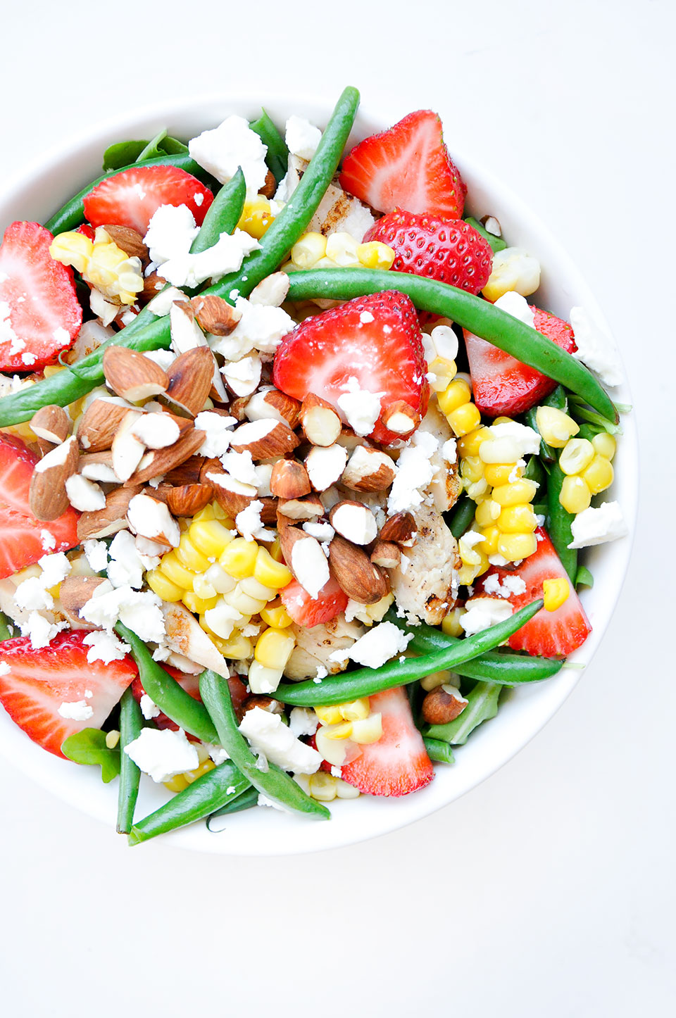 STRAWBERRY FETA BOWLS WITH ROASTED ALMONDS | Strawberry feta bowls with roasted almonds and balsamic vinaigrette: a gluten-free summer favorite that's easy to meal prep. Made with fresh corn, strawberries, green beans, and topped with crunchy almonds and creamy feta. | LOVELEAF CO. #mealprep #strawberries #bowls #salad #saladrecipes #summer #strawberry #feta #almonds #easyrecipe #mealprepping #saladrecipe #bowl