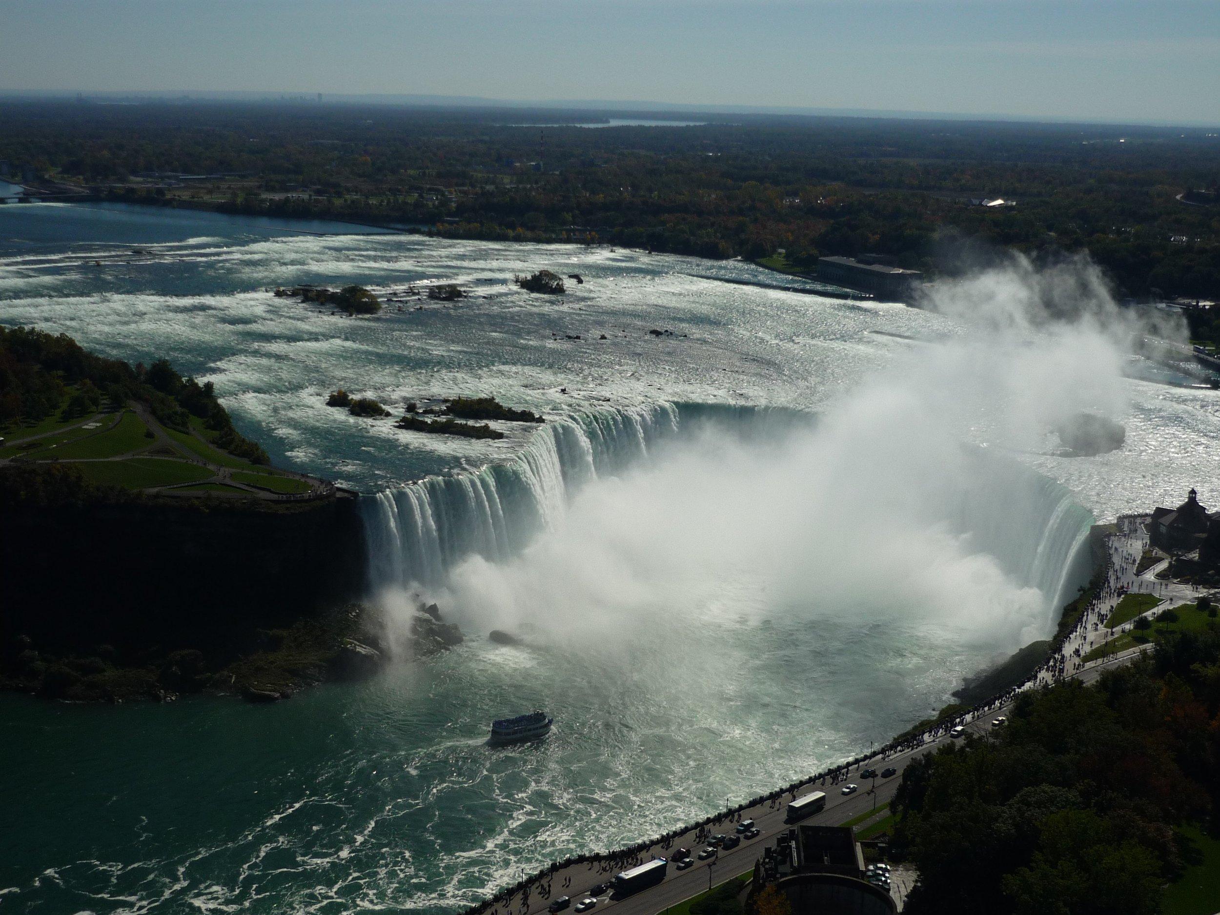 Cerca de 168 mil m³ de água por minuto caem nas quedas nas gargantas das cataratas do Niágara.