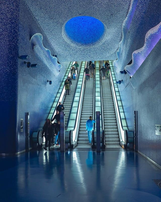 Have you ever seen a cooler metro station? This metro stop was designed around the themes of light and water. With the mosaic crater bringing in natural light to the deepest recesses of the station. 📍🇮🇹