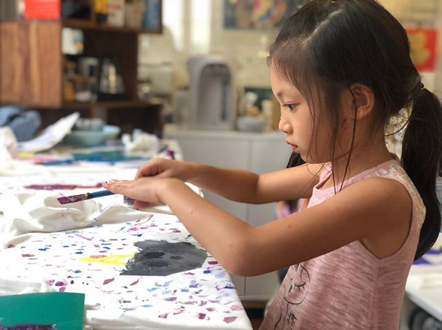 Day 2 was lino-cut designs and T-shirt printing, featuring animals and loved ones. 👚🎨 #lifelonglabsevents #lifelonglearning #lifelonglabs #跨代 #hkkids #hkart #hkeducation #fashion #workshop #design #linocut #art #tshirt #printing