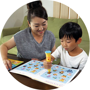 子どもが一人でも楽しく取り組める!  岡山県 M様(小1・取材当時の年齢)  子どもが好きな迷路や間違い探しなどのページで、何度も遊び感覚で楽しんでいますね。以前使用していた教材は保護者が付いていないと進んでしなかったのですが、「ポピーKids English」は子どもが一人でも楽しく学べる気がします。親が英語が苦手でも、ポピペンが先生になって教えてくれるので、小学校3年生から始まる英語の授業も安心です。