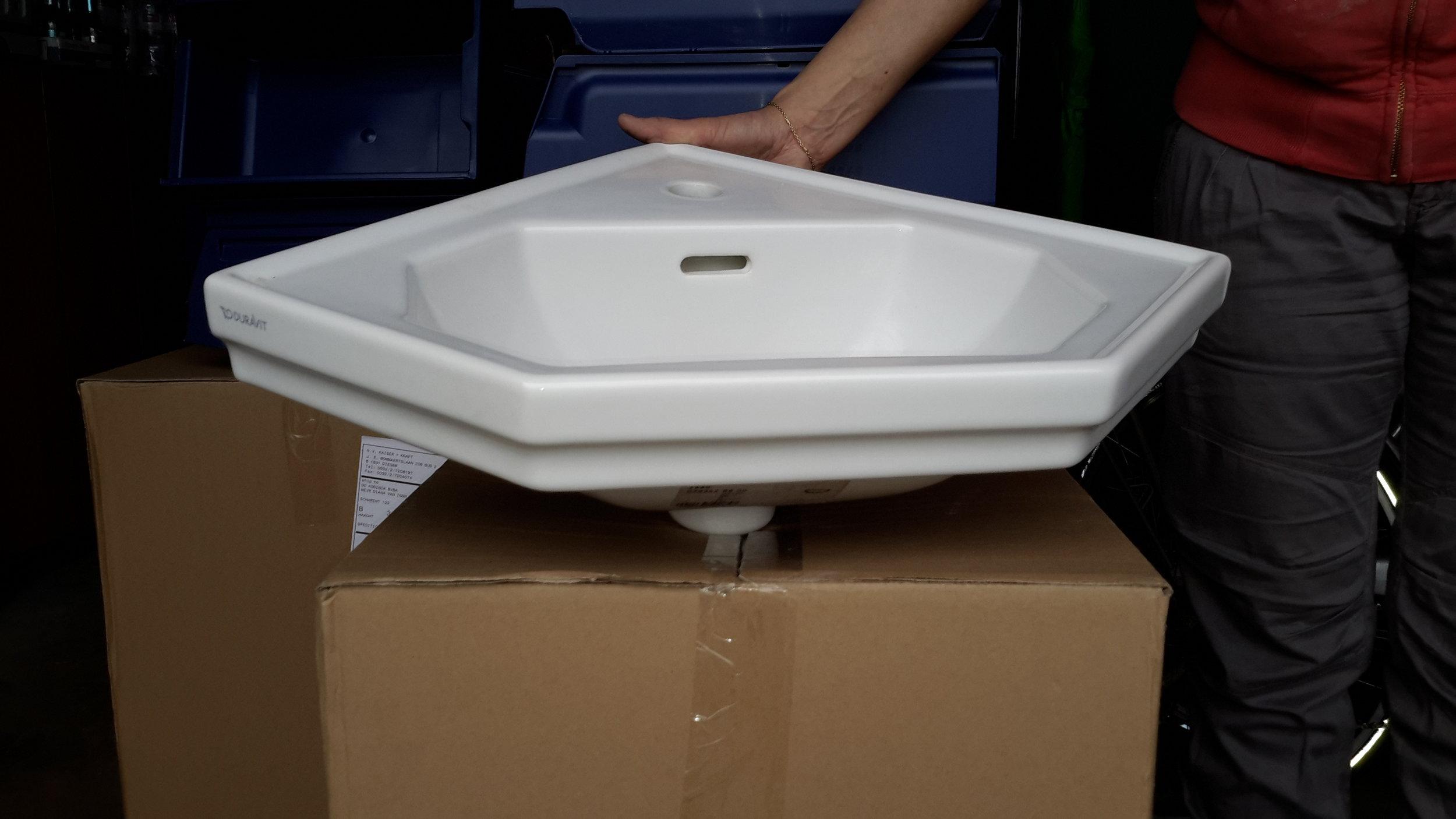 lavabo-Duravit-hoek-wit porcelein.jpg