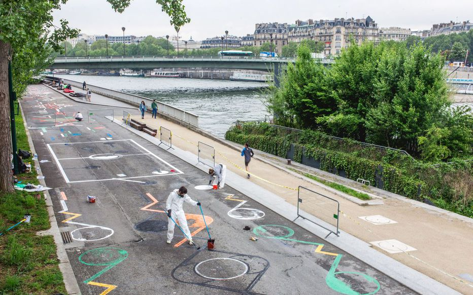 Paris: a giant fresco on the riverbanks for the Euro Football Cup. Posted on  LeParisien on May 15, 2016 .