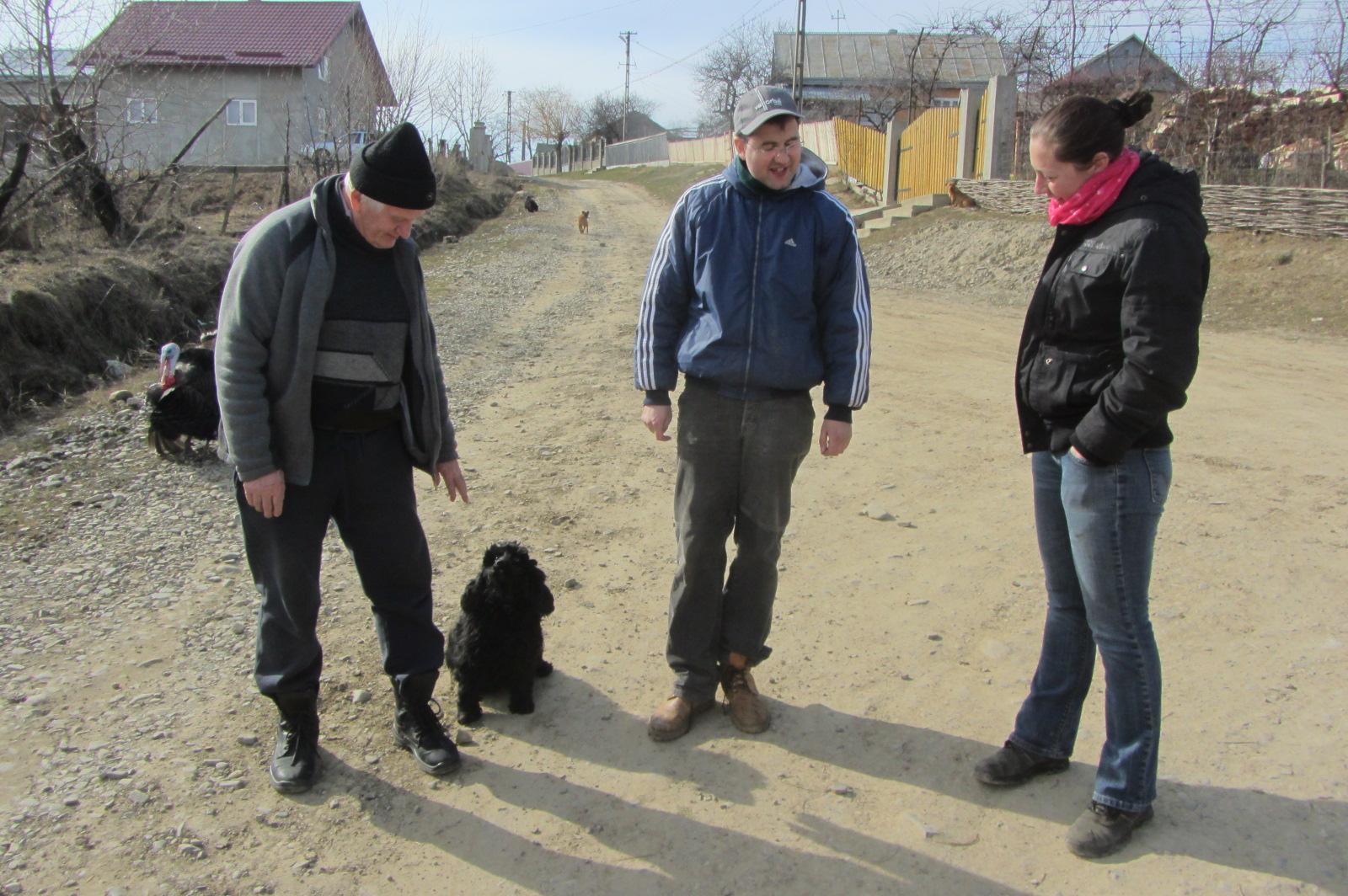 Dr.Alexander führt und durch arme Regionen um über seine Möglichkeiten zu reden.   Ehrenamtlich ist er bereits im Tierschutz aktiv, seit nun drei Jahren! Außerdem ist er der offizielle Amtsinspektor der Region Suceava, ehrenamtlich!