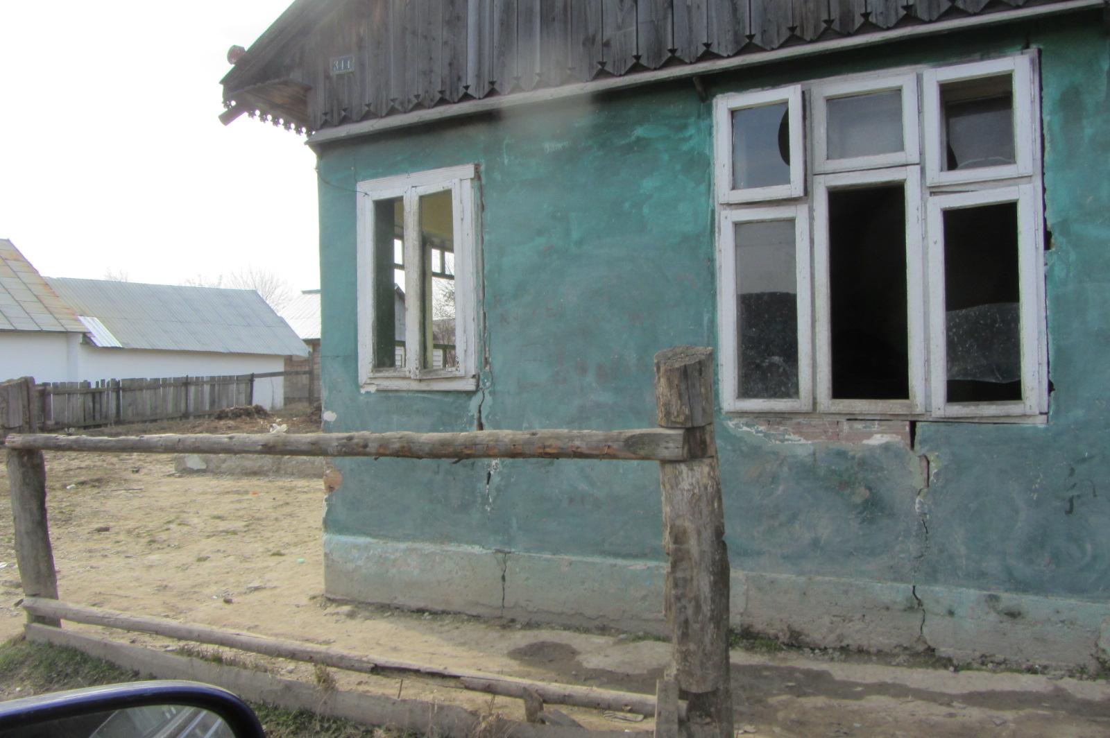 """Ein Haus wie das andere. Ein undichtes Dach und geplatzte Fensterscheiben. Das Land ist (stellenweise) bettelarm. Ostrumänien gehört zu den ärmsten Regionen in Europa. Experten sagen auch oft """"die zweite Welt im Übergang zur dritten Welt"""" , es ist nicht übertrieben. Griechenland ist nicht alleine mit seiner Armut, auch Ostrumänien verdient unsere Hilfe. Die Pferde werden es uns danken."""