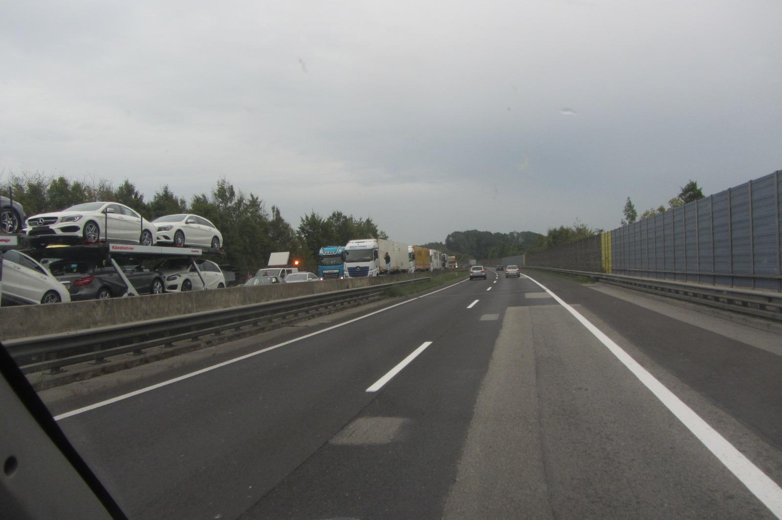 bis zu 4 Stunden Stau vor der Grenze Deutschland / Österreich     Ein riesiges Polizeiaufgebot, es war beängstigend!
