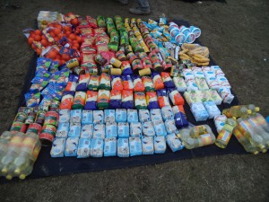 Das ist eine Autoladung Lebensmittel für unsere Kinder und   Behindertengruppe, täglich auf ein Neues…..