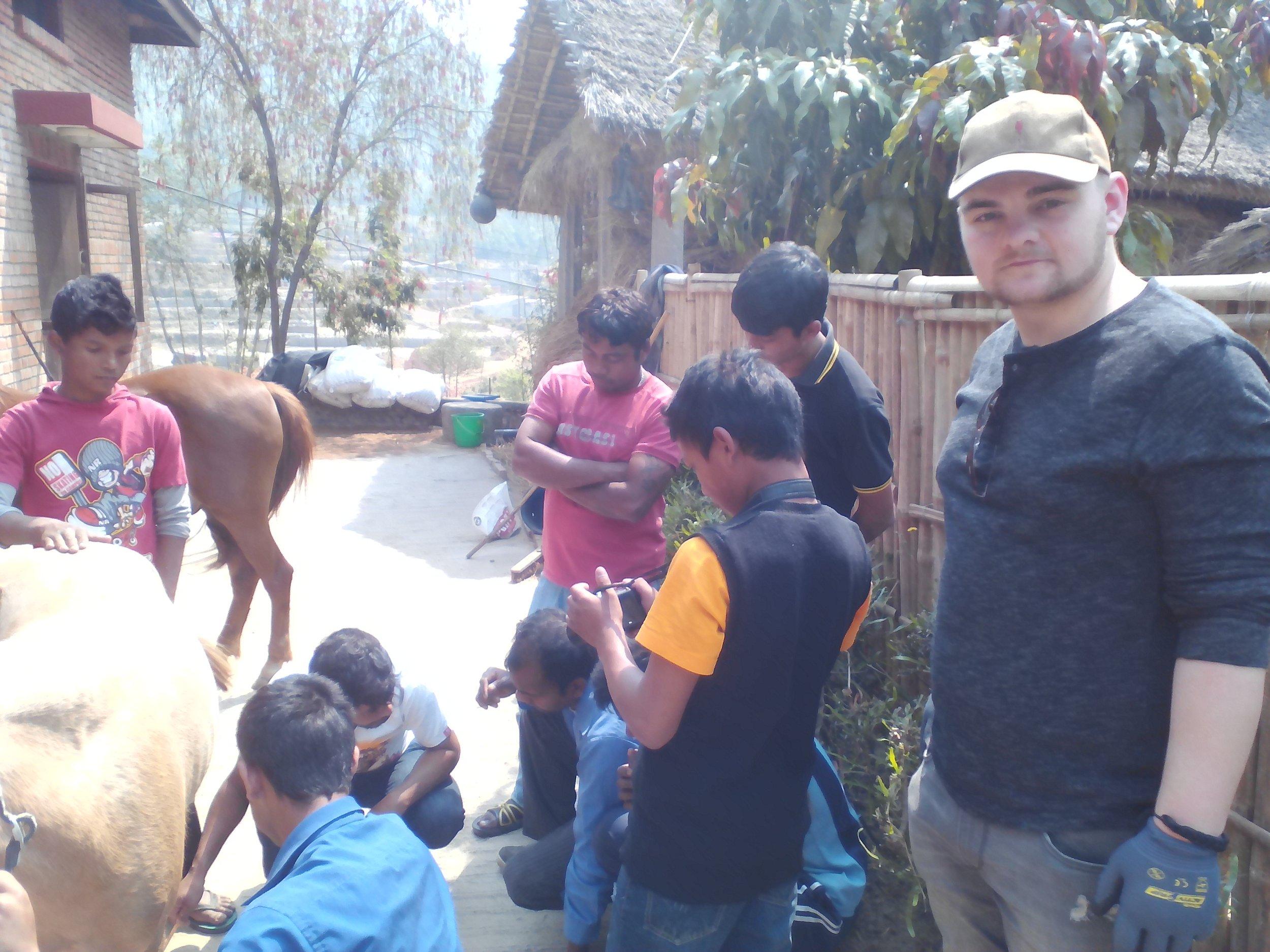 """das Team """"Equiwent-Schmiede ohne Grenzen"""" in Nepal.     Die Kinder waren immer dabei und wollten alles ganz genau wissen.     """"Einfach nur tolle Menschen dort"""" sagte mein Sohn zu mir."""