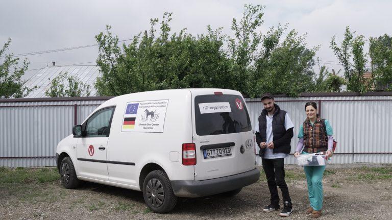Die zwei Kleintier-Tierärzte vor ihrem     Einsatzfahrzeug in Rumänien.