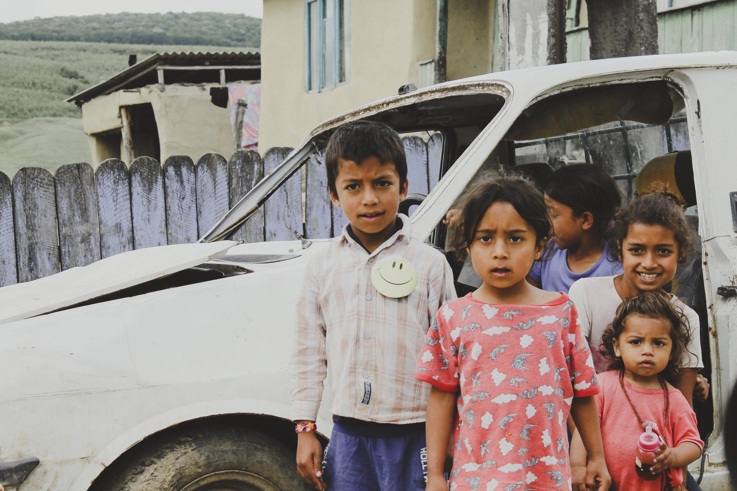"""Schauen sie es sich gut an!   Das sind Kinder unserer EU.   Sie kennen weder Wohlstand noch Luxus.   Es liegt in unserer Verantwortung was aus ihnen wird.   Eine faire Chance verdient jeder Mensch, oder?   Darum ist unser Programm """"Kinder in die Schule""""   so wichtig."""