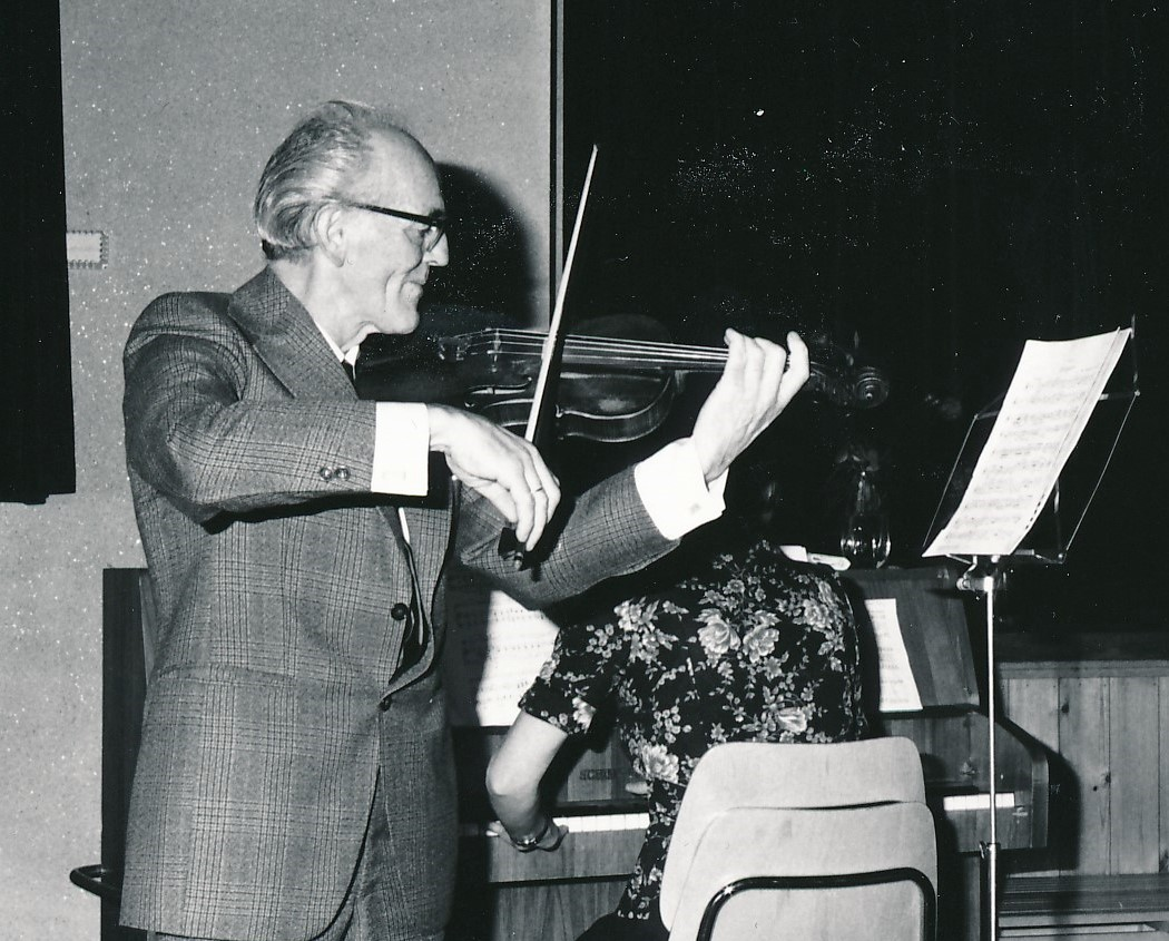 Olav Ratkje spilte fiolin og Hjørdis Hestnes trakterte pianoen på kulturkvelden i 1975.