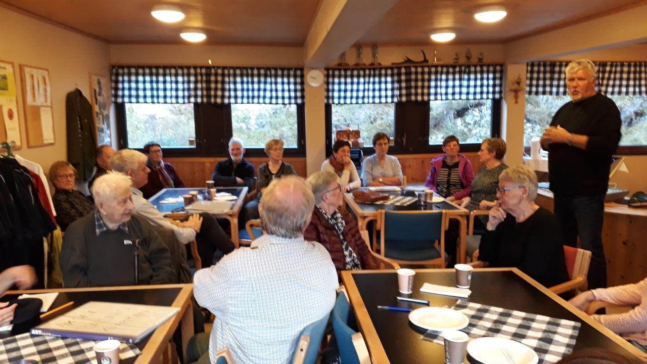 Leder i historielaget, Svend Sivertsen, ønsker velkommen til grendamøte. Vel 25 historieinteresserte møtte fram. (foto Ingjerd Olsen).