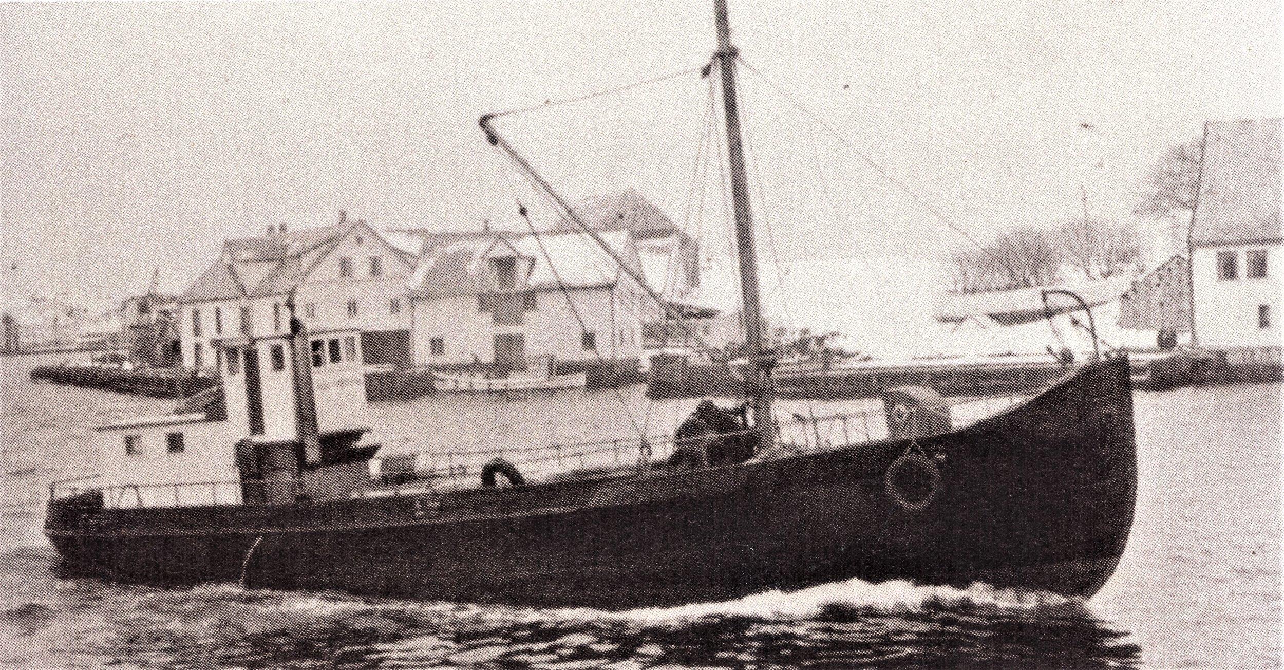 """""""Storegut"""", var den siste båten Nils Wassether hadde. Den ble bygd i 1894 som hvalbåt ved Aker mek. Han døpte den om og ga den navnet «Nils Normann»."""