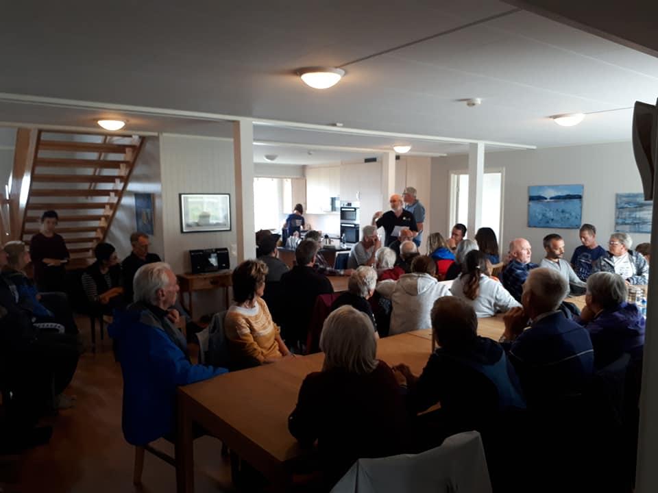 Svein Bertil Sæther i den nye storstua på Aunøya der nærmere 60 personer var møtt fram og fulgte hans interessante historiske oppsummering. (Foto Hans Jakob Farstad)