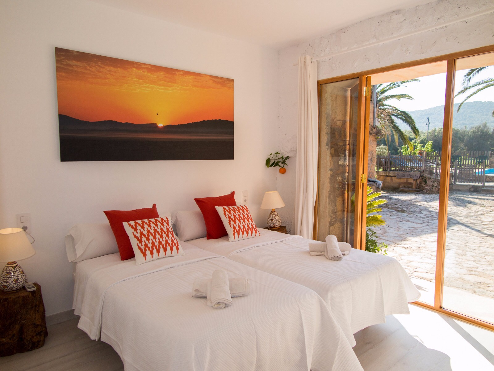 PACKAGE 2 - KING SIZE W/ PRIVATE BATH  Features: Private Bath, Ocean Views, Air Conditioning, Modern Suite, King Size Bed