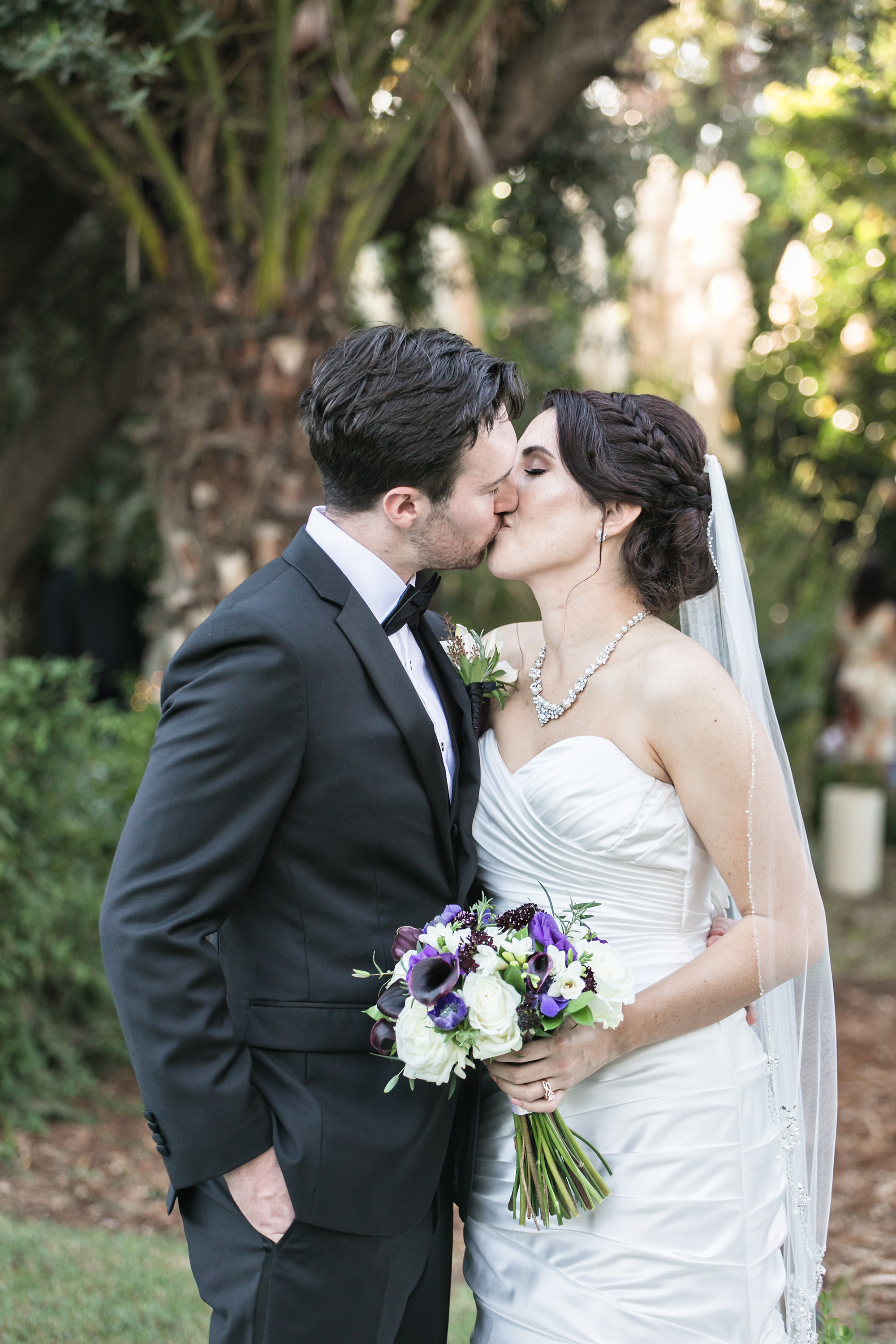 christmas house inn and gardens wedding carrie vines photography bride and groom romantic portrait kissing