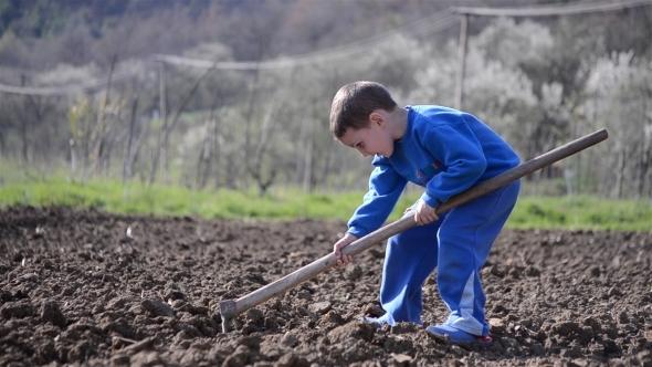 little-boy-digging-1-3666b