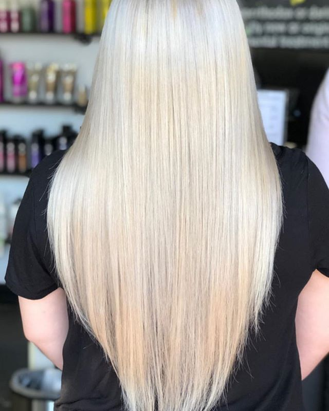 That ice blonde babe ready for the weekend 👀💛 ❄️ ________________________ _____________ Stylist @colorbylilly  #iceblondehair #downeyhair