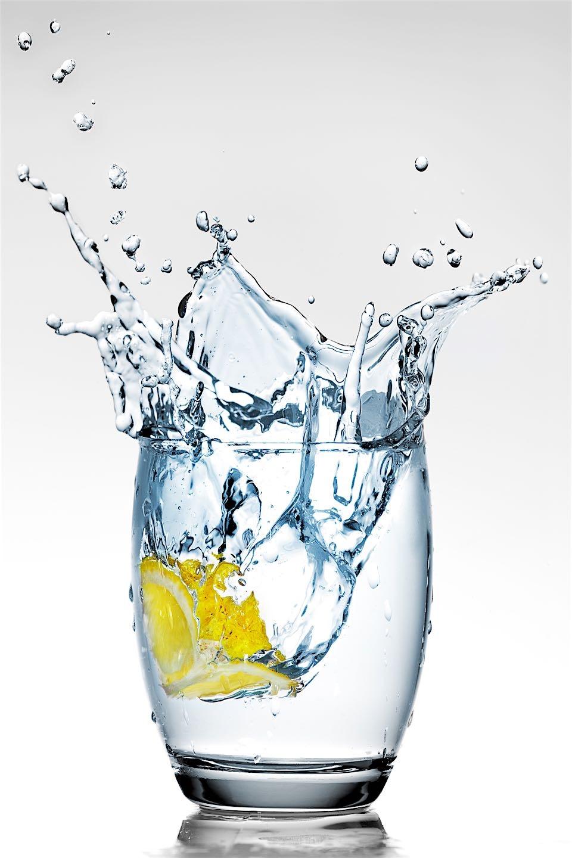 Ein Wasserglas frischen Mineralwassers ist die beste Schönheitsquelle.jpg