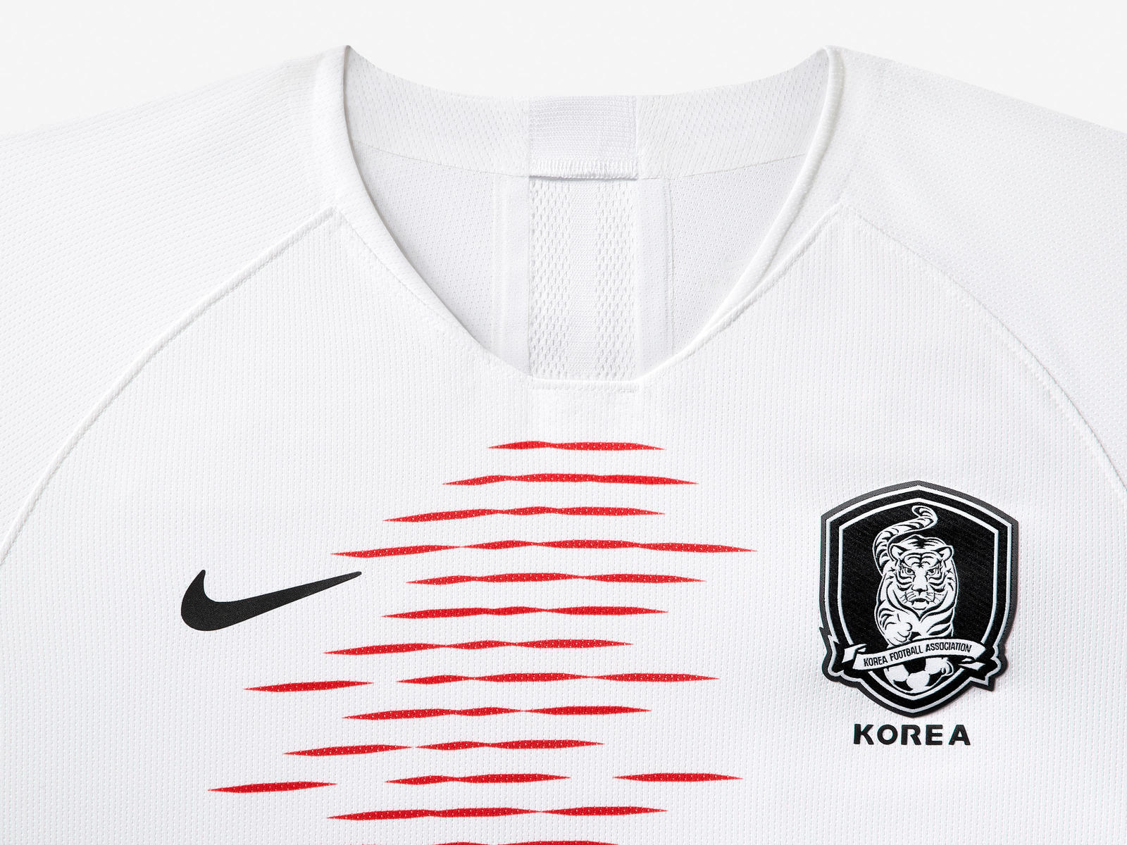south-korea-national-team-kit-2019-laydown-001_85945.jpg