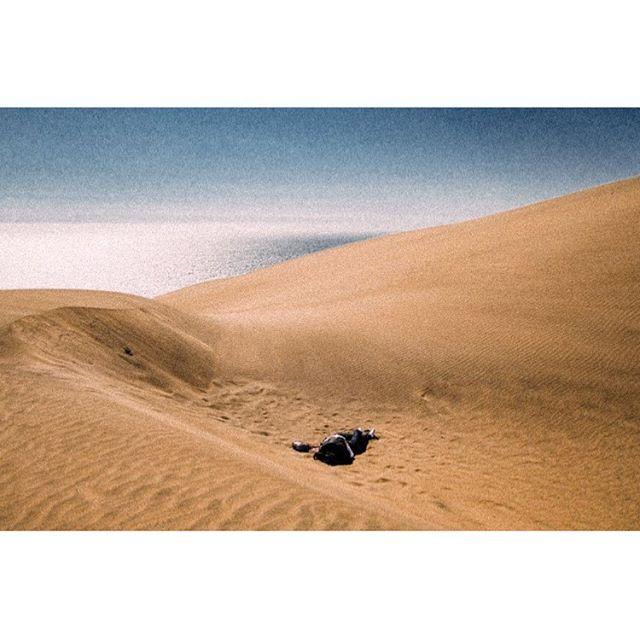 The sand, the sea and the sky. . . . . #nonamefilmincolor #chile #southamerica #everydaylatinamerica #deathb4digital #instarevelat #leicam2 #40cron #35mmfilm #filmphotography #filmsnotdead #filmphotographic #buyfilmnotmegapixels #kodakfilm